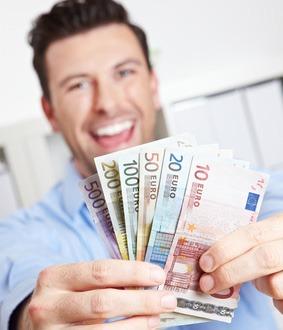 Lachender Gewinner mit Geldfächer aus Euroscheinen